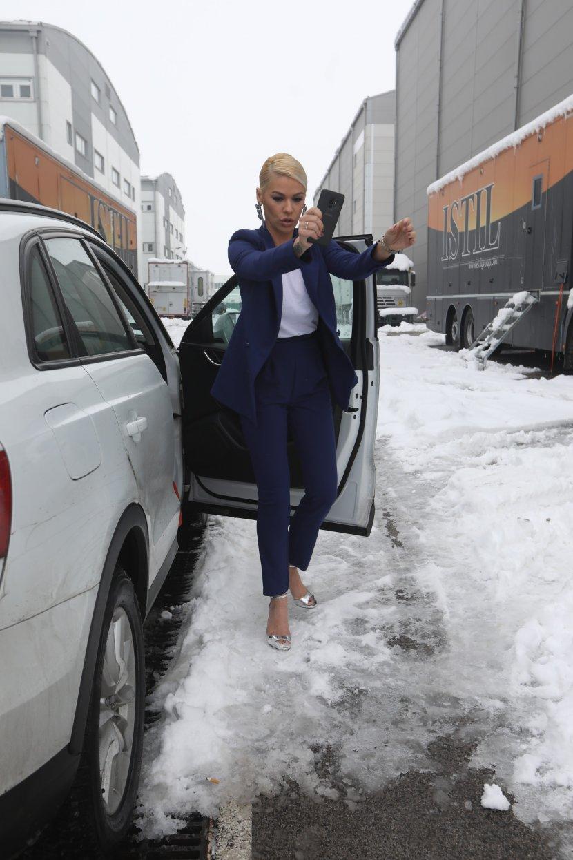 Да се смрзнеш! Наташа Беквалац во сандали цупкаше по снегот