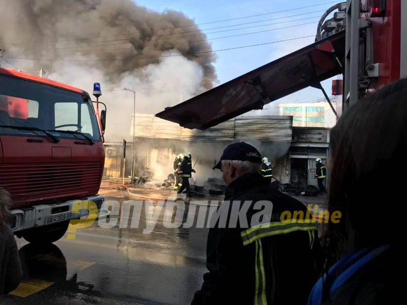 Автомобилско масло во дуќанот закана да се прошири пожарот