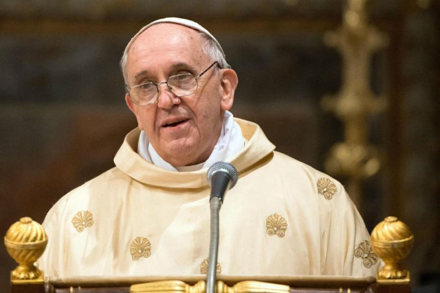 Папата примен во болница за операција на дебелото црево
