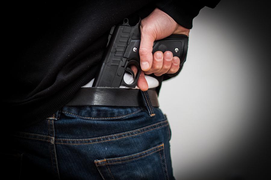 Полицаец од Тетово тешко ранил две момчиња со службен пиштол