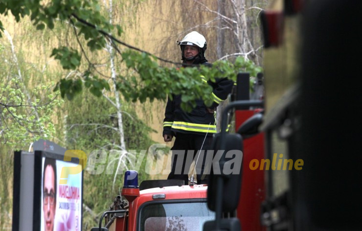 Со мотика нападнат пожарникар додека гаснел пожар