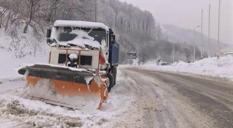 Внимателно во сообраќајот: Влажни коловози, снег во Маврово и кај Стража