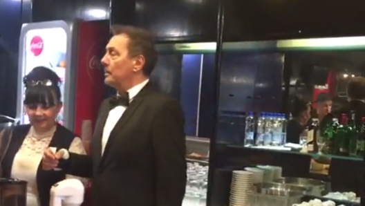 Ме згази снаата со штикла: Кеба беше келнер со завој на раката, а причината е хит!