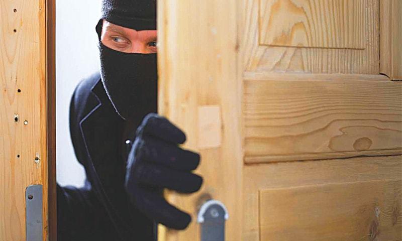 Крадци нападнале полицајци кога биле фатени како ограбуваат менувачница во Чаир