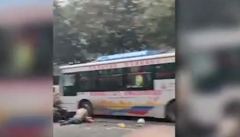 (Вознемирувачко) Грабна автобус и почна да коси пешаци: Најмалку пет мртви и 20 повредени