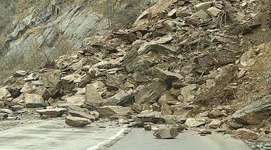 Тешка сообраќајка предизвика одрон на карпа на патот Маврово – Дебар