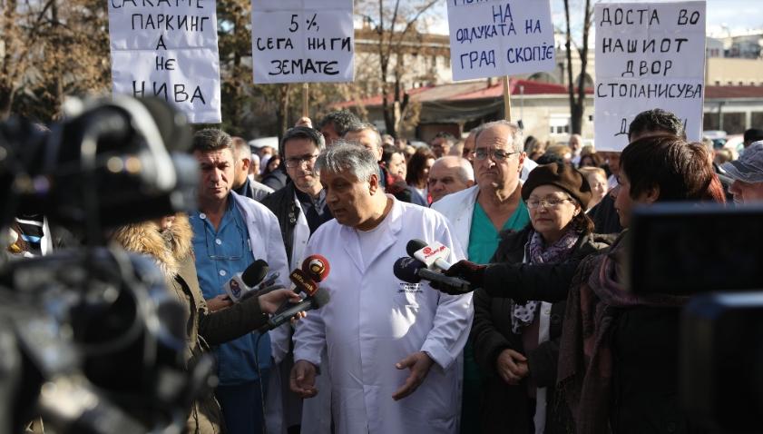 Вработените во Клиничкиот центар со блокади и неплаќање против одлуката за зголемена цена на паркирањето