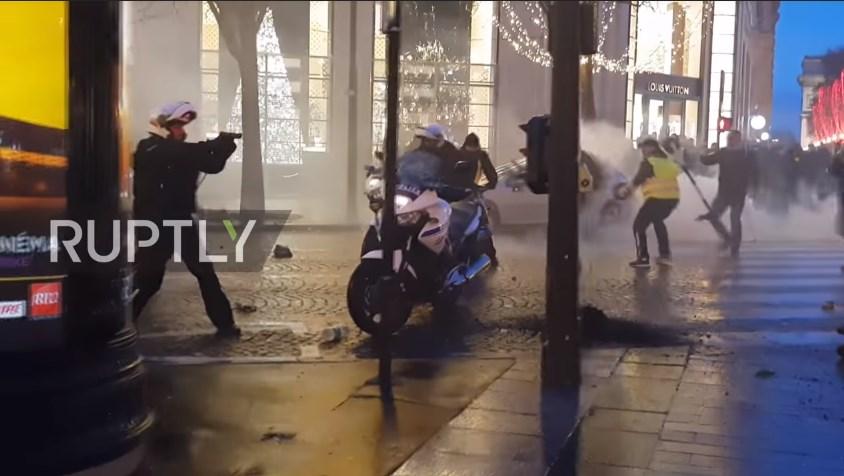 Полицаец вперува пиштол во демонстрант, Франција шокирана