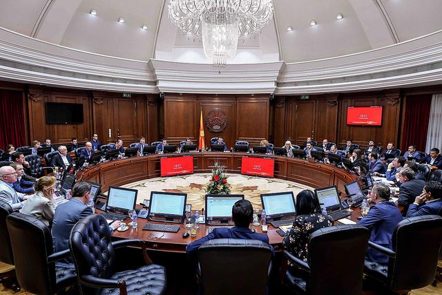 """Заев на одмор, Ахмети молчи за чистката, министрите подготвени за """"метлата"""""""