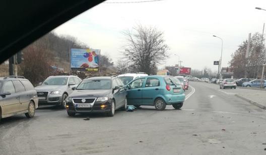 Сообраќајка кај Момин Поток: Учествувале најмалку три возила, семафорите не работеле