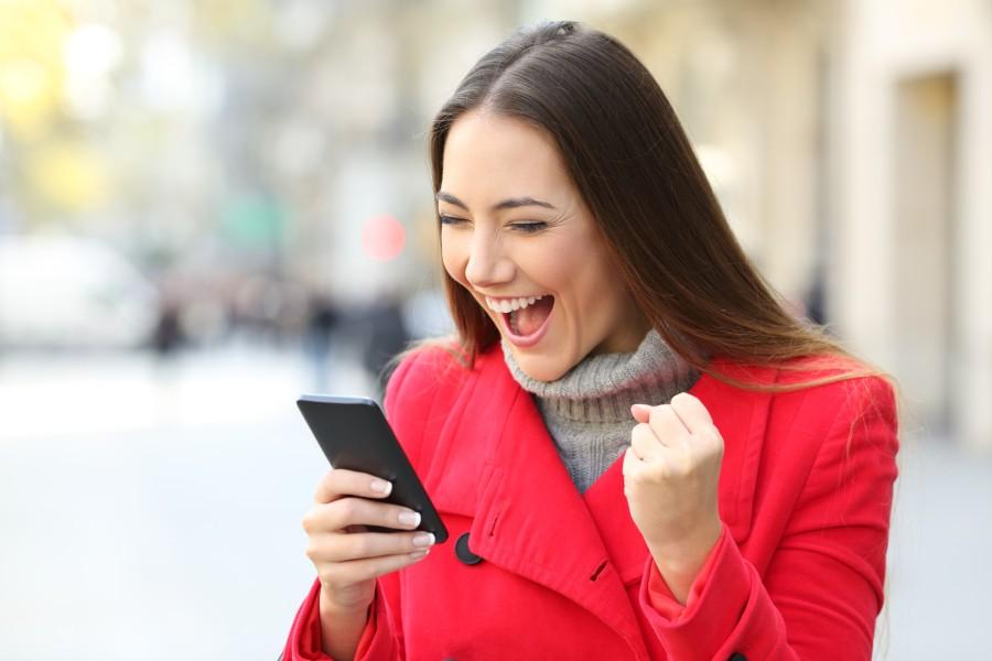 """Вакво нешто треба и кај нас: Во Јапонија е забрането """"зјапање"""" во мобилен додека одите по улица"""
