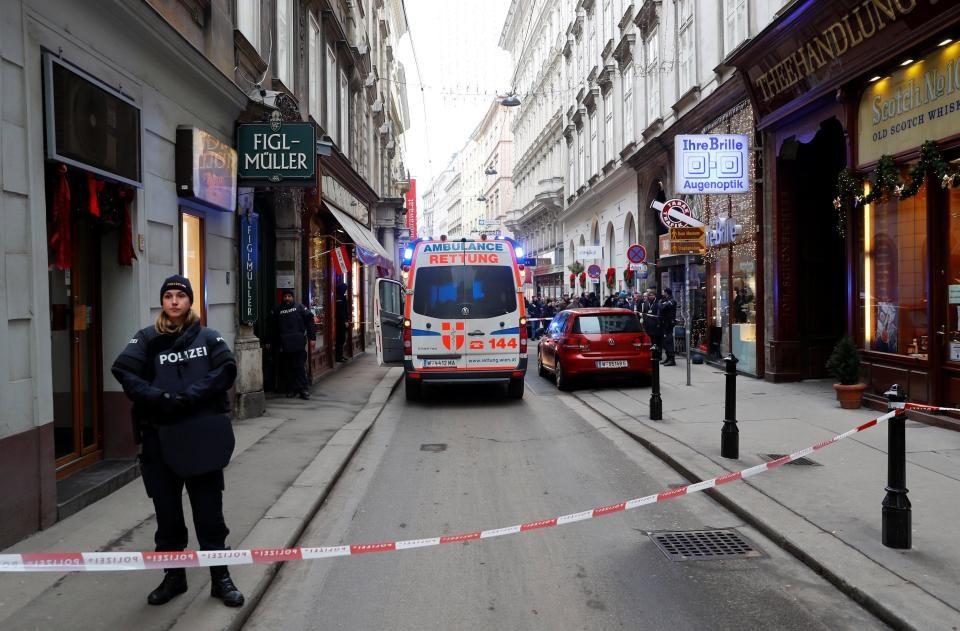 Напаѓачот носел качулка и избегал трчајќи: Балканската мафија стои зад пукањето вчера во Виена