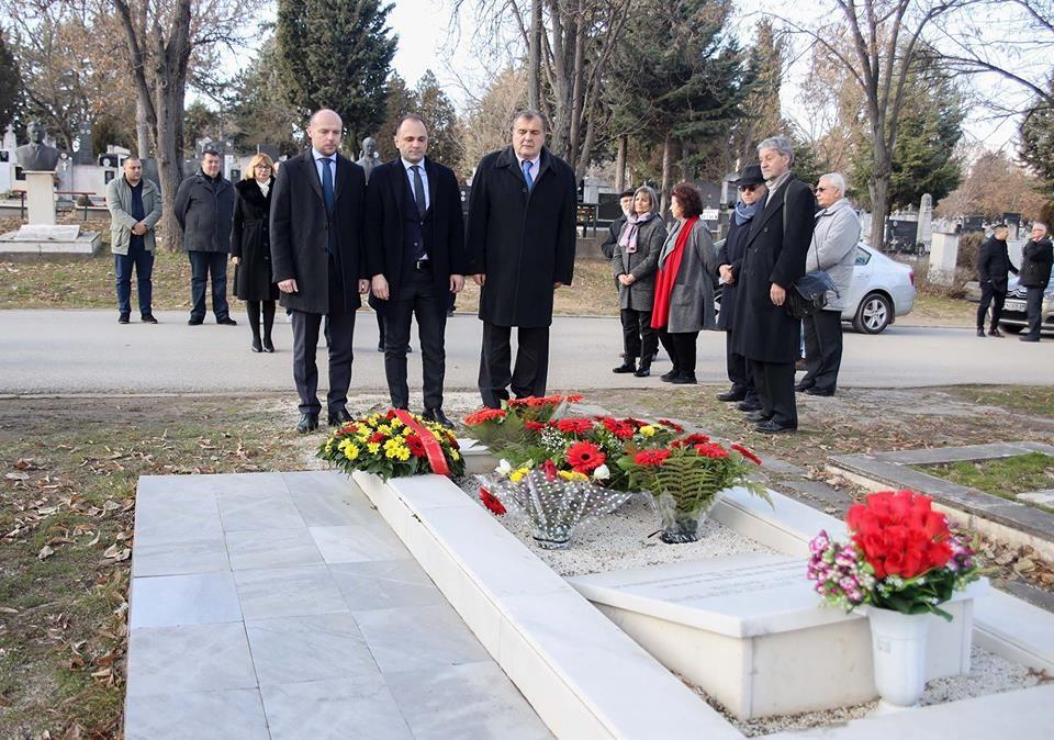 Владина дегелација положи цвеќе на гробот на Глигоров на 7-годишнината од неговата смрт