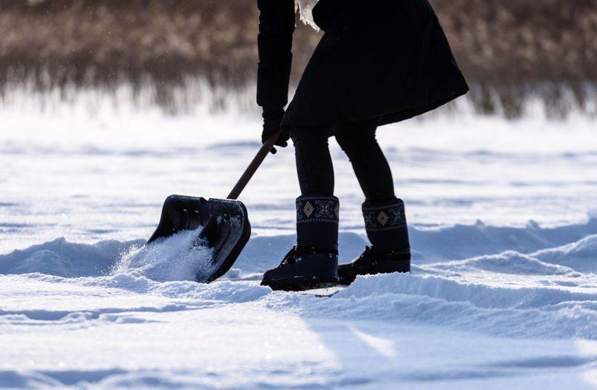 Снегот не престанува да паѓа: Колку калории се трошат додека го чистите?