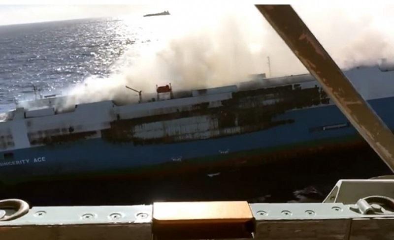 """Драма во Пацификот: Гори товарен брод со 3.500 """"нисани"""""""