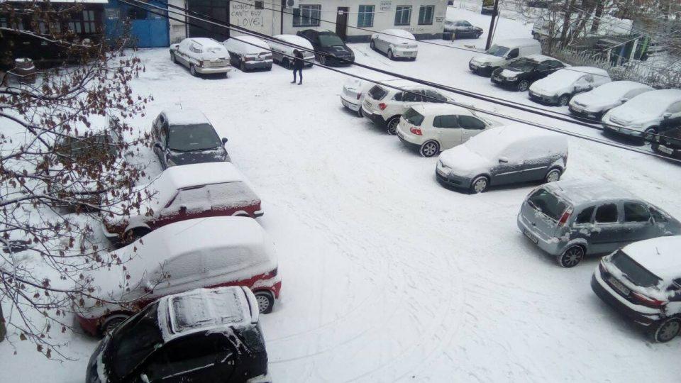 Скапо платените паркинзи низ Центар останаа под снег
