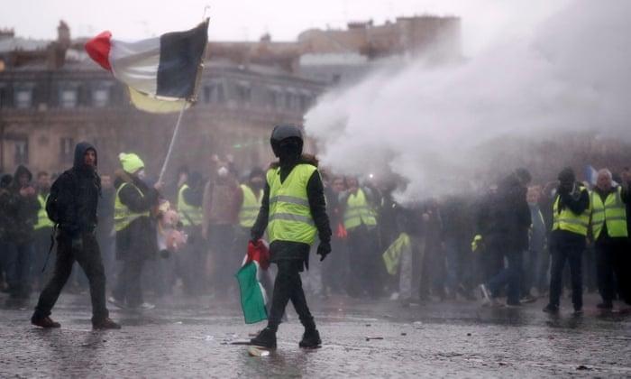 Полицијата со водени топови ги ртастерува демонстрантите во Париз