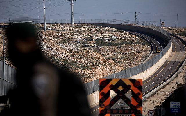Прв во светот: Автопат поделен со бетонски ѕид и бодликава ограда