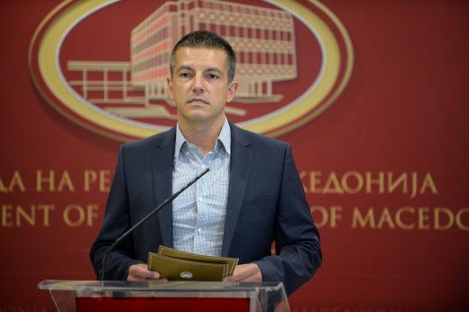 Вработените во администрација кои седат дома добија покачување од 5 %, Манчевски вели – тие се малку