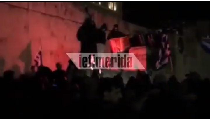 Македонското знаме гори пред грчкиот Парламент