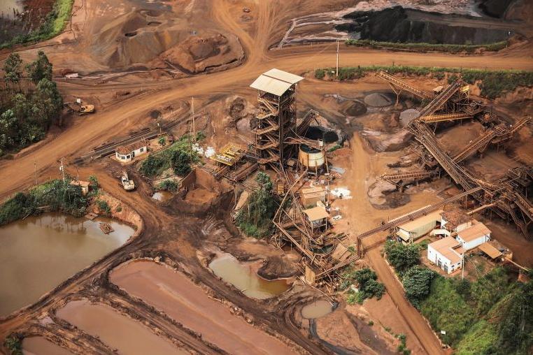 Стотици исчезнати во Бразил, испука огромна брана, градот е сиот во кал