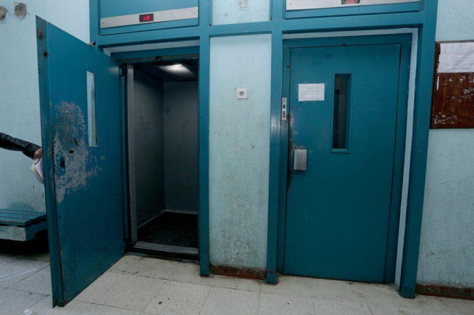 Пожарникари спасуваат пет деца што се заглавиле во лифт во Ново Лисиче