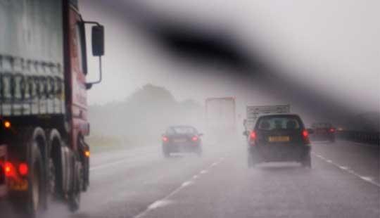Сообраќајот по влажни коловози, магла кај Стража