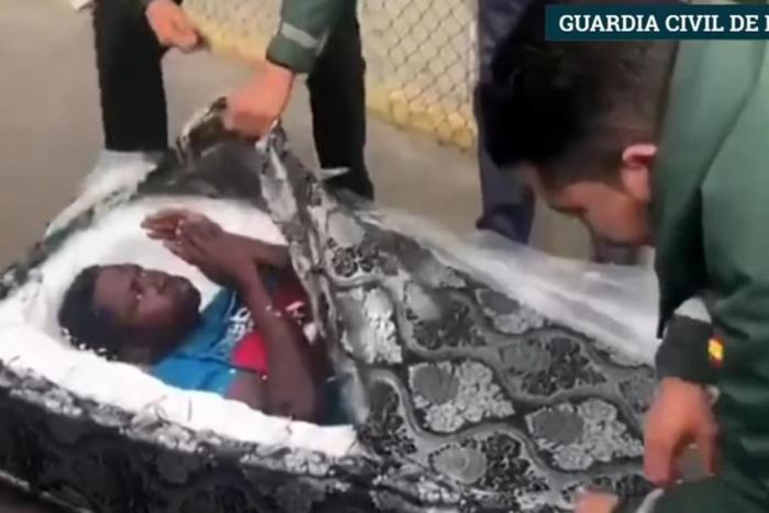 Мигранти затворени во душеци откриени на шпанската граница