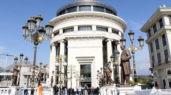 Мицкоски: Има примитивни обиди за притисоци врз пратеници за Законот за ЈО