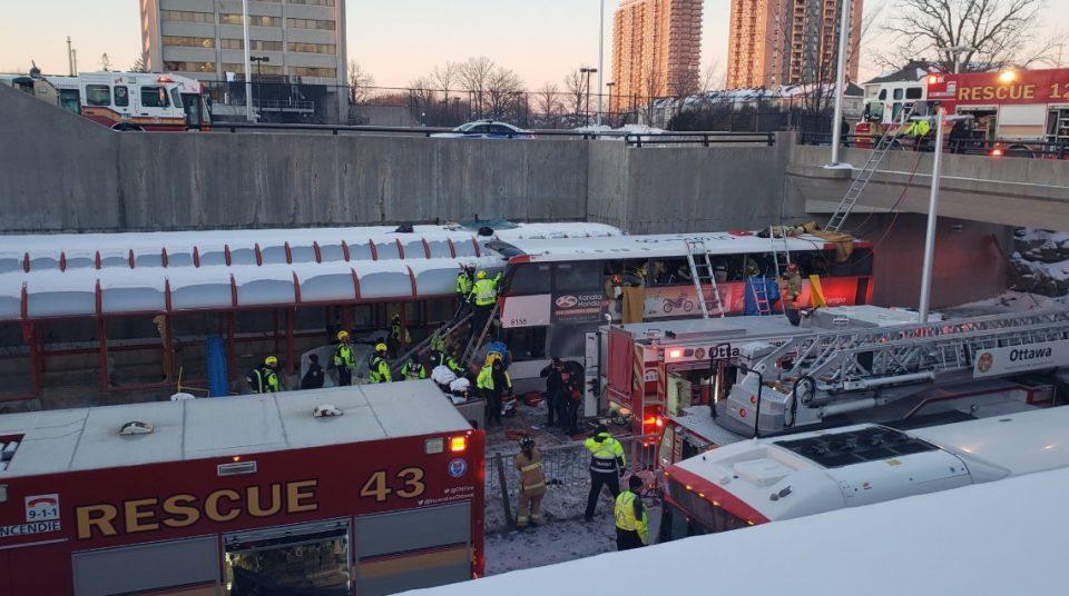 Двокатен автобус се заби во автобуска постојка, загинати и многу повредени