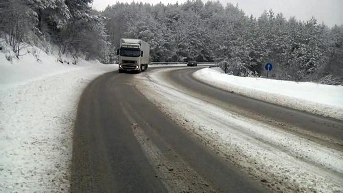 Влажни коловози, на неколку локации паѓа снег