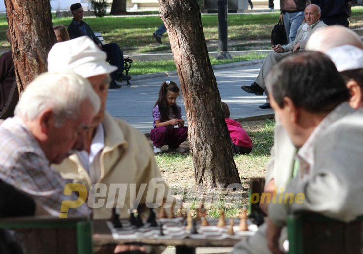 Предизборно, премиерот во заминување Заев најави зголемување на пензиите