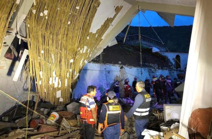 Најмалку 15 загинати при одрон на лавина врз хотел во Перу