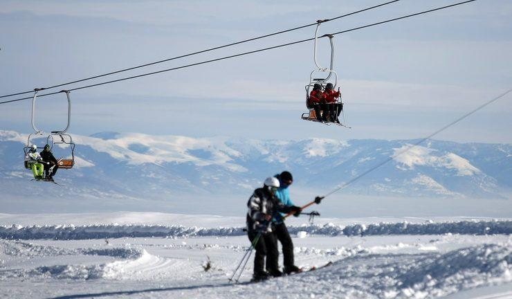 На Попова Шапка има снег и скијачи ама не работат ски лифтовите