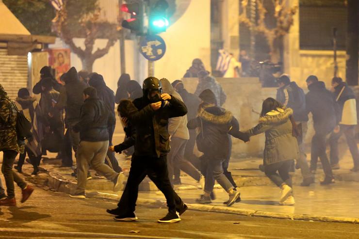 Со факели тргнаа кон Парламентот, полицијата ги растера со солзавец