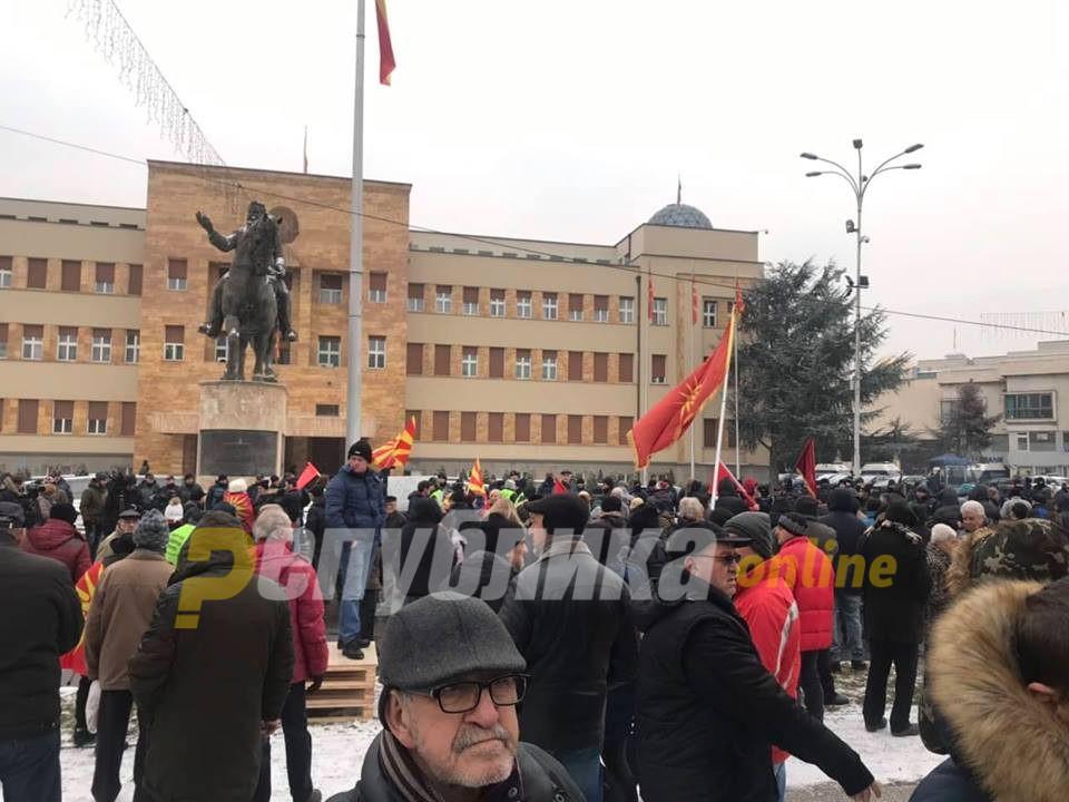 Граѓаните пред Собрание го повикаа Иванов да им се придружи
