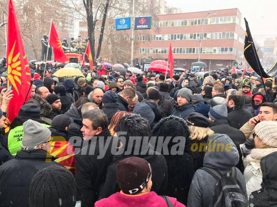 """""""Македонија блокира"""" бара нивни претставници да присуствуваат на пленарната седница за уставните измени"""