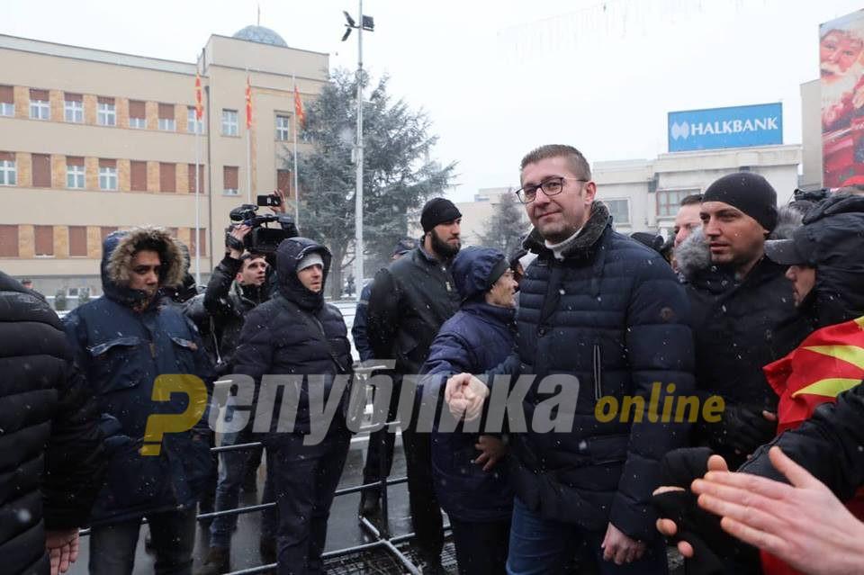 Заев: Мицкоски се однесува неодговорно и на Македонија ѝ нанесува само штета