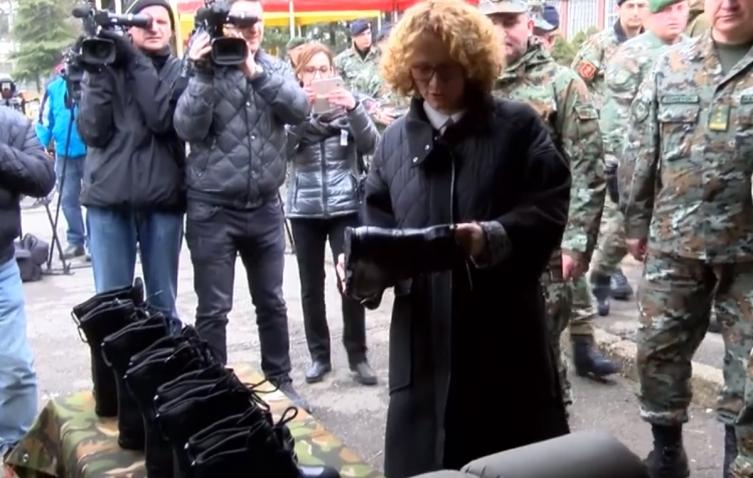 Силјановска Давкова: Нашите војници освојуваат медали по светот, награди, а дома немаат чевли