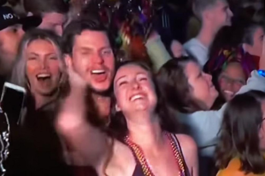 Ја задоволувал насред толпата за време на ТВ пренос