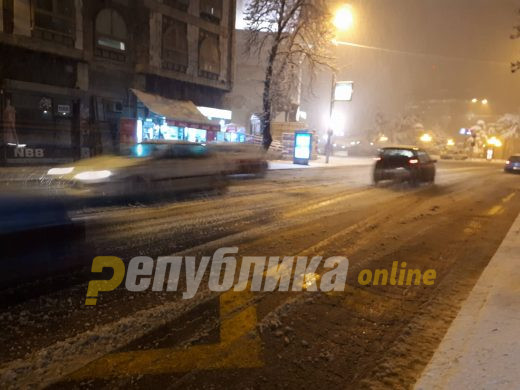 Се врати снегот во Македонија: Еве каде во моментов вее!