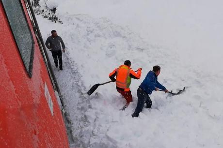 Забележал дека нешто ѕирка од снегот па го застанал возот, започнала спасувачка акција