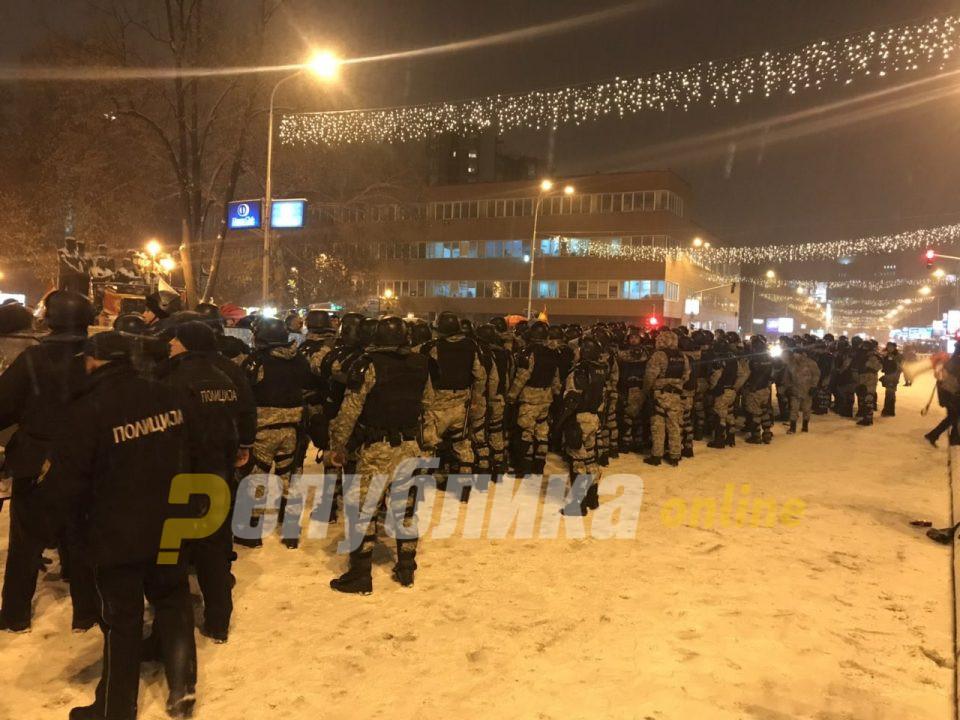 """""""Предавници"""" ечи пред Собрание, продолжува протестот против уставните измени"""