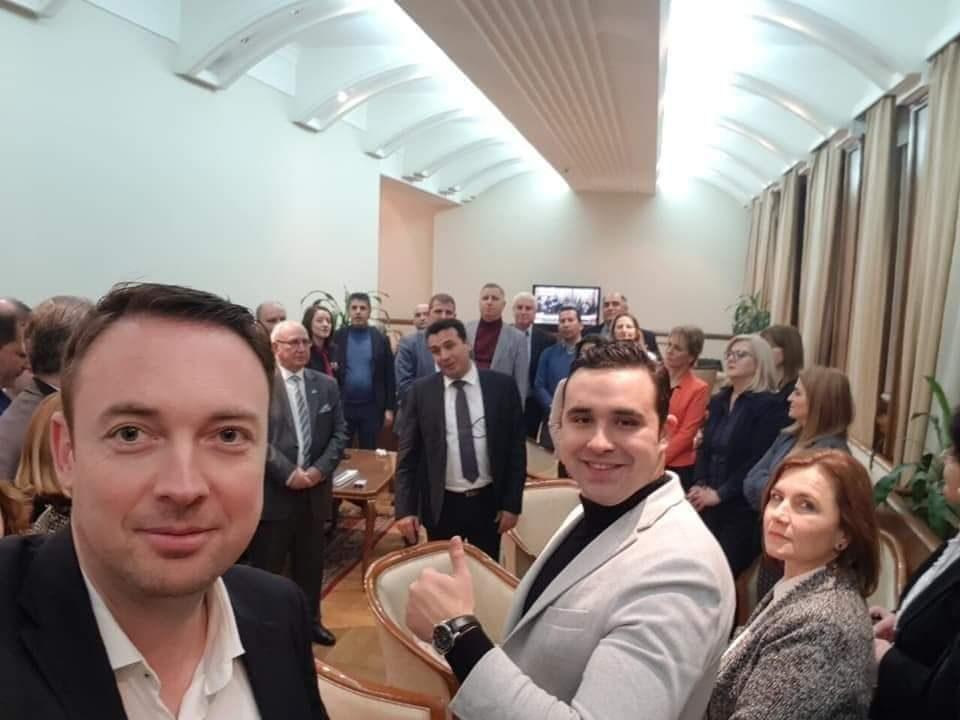 Предавниците и егзекуторите на Македонија славеа во Собранието
