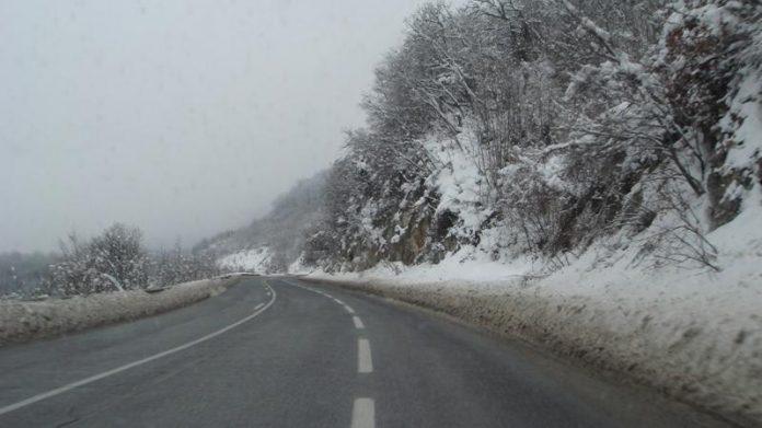 Магла на Шапка и Плетвар, снег во Маврово и на Стража