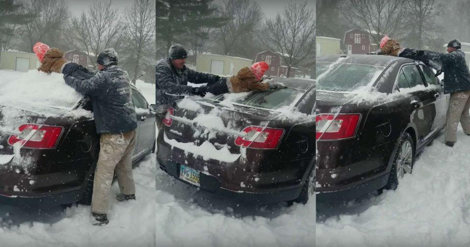 Татко со телото на синчето го чисти автомобилот од снег