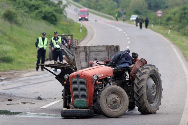 Двајца повредени при судир на мотор и трактор