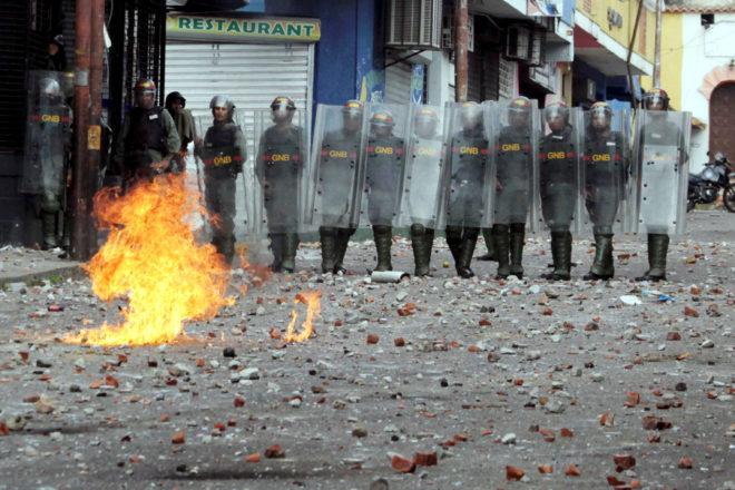Врие во Венецуела: Најмалку 12 лица загинаа на антивладините протести