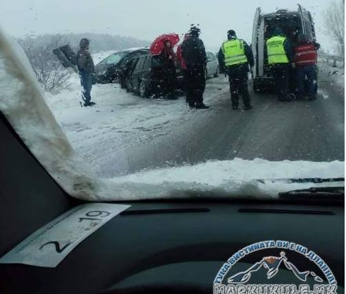 Верижна сообраќајка на патот Прилеп – Битола, се судриле три автомобили и комбе