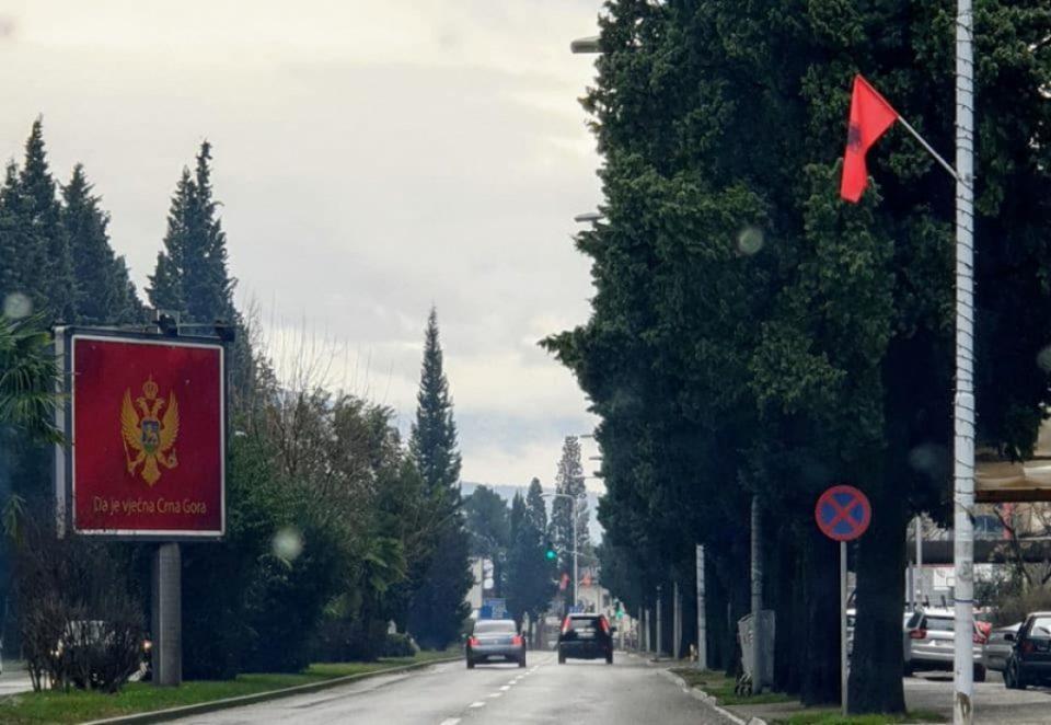 Во Подгорица се веат албански знамиња на секој чекор
